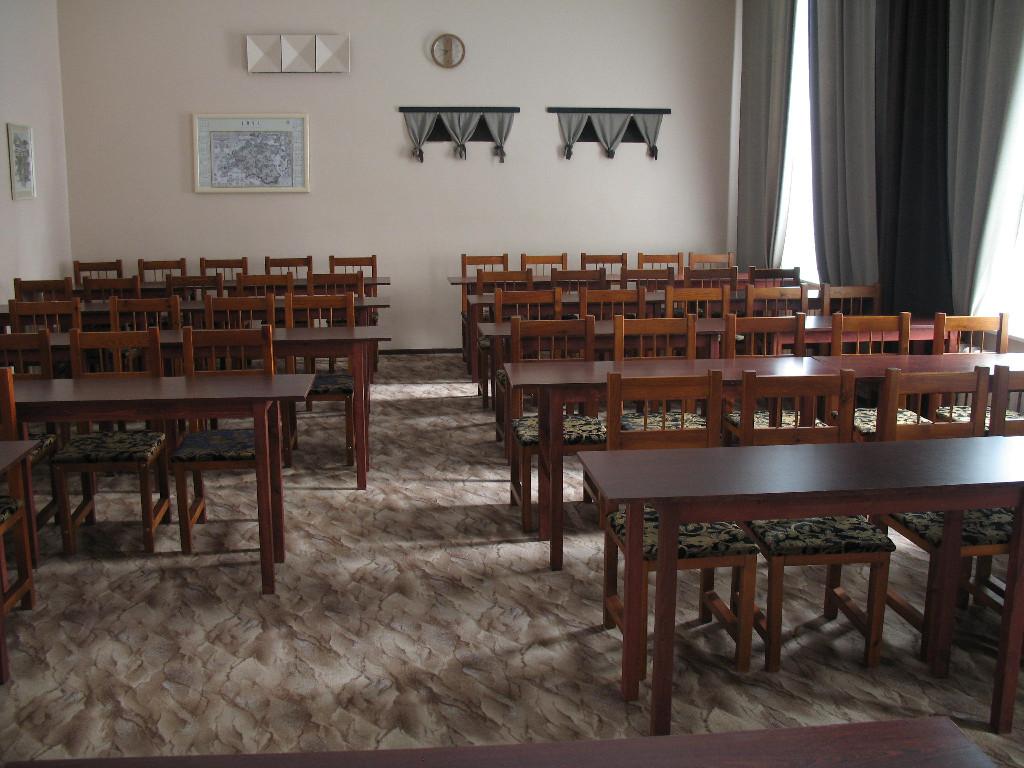 Klassiruumi stiilis toolid ja lauad Essu seminariruumis
